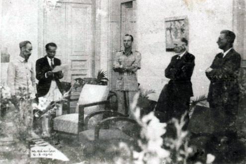 Chủ tịch Hồ Chí Minh ký hiệp định sơ bộ ngày 06-3-1946 với đại diện Pháp Sainteny. Ông Hoàng Minh Giám đọc bản hiệp định