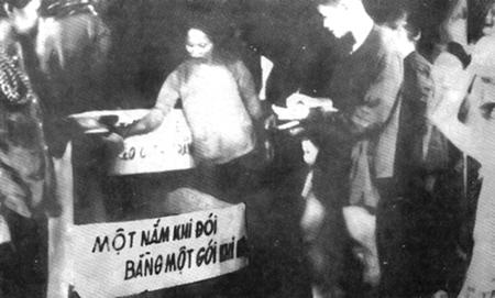 Nhân dân Nam Bộ quyên góp gạo giúp đồng bào bị đói ở Bắc Bộ (10/1945)