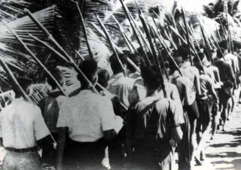 Quân và dân Nam Bộ với gậy tầm vông đứng lên chiến đấu khi thực dân Pháp xâm lược nước ta lần thứ hai, tháng 9-1945.