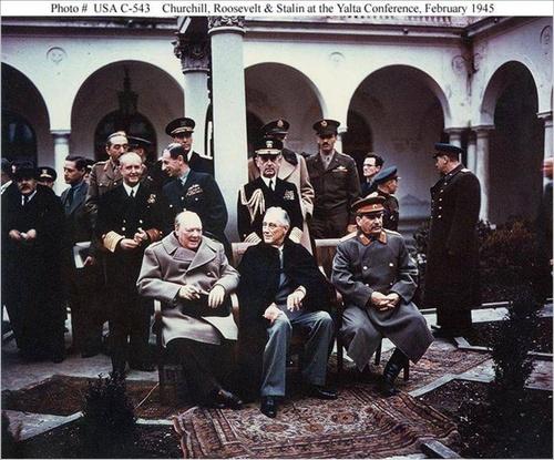 Nguyên thủy 3 nước tham gia Hội nghị Ianta (Theo thứ tự từ trái qua phải: Thủ tưởng Anh Sớcsin, Tổng thổng Mỹ - Ph. Rudơven, Chủ tịch Hội đồng Bộ trưởng Liên Xô - I.Xtalin)